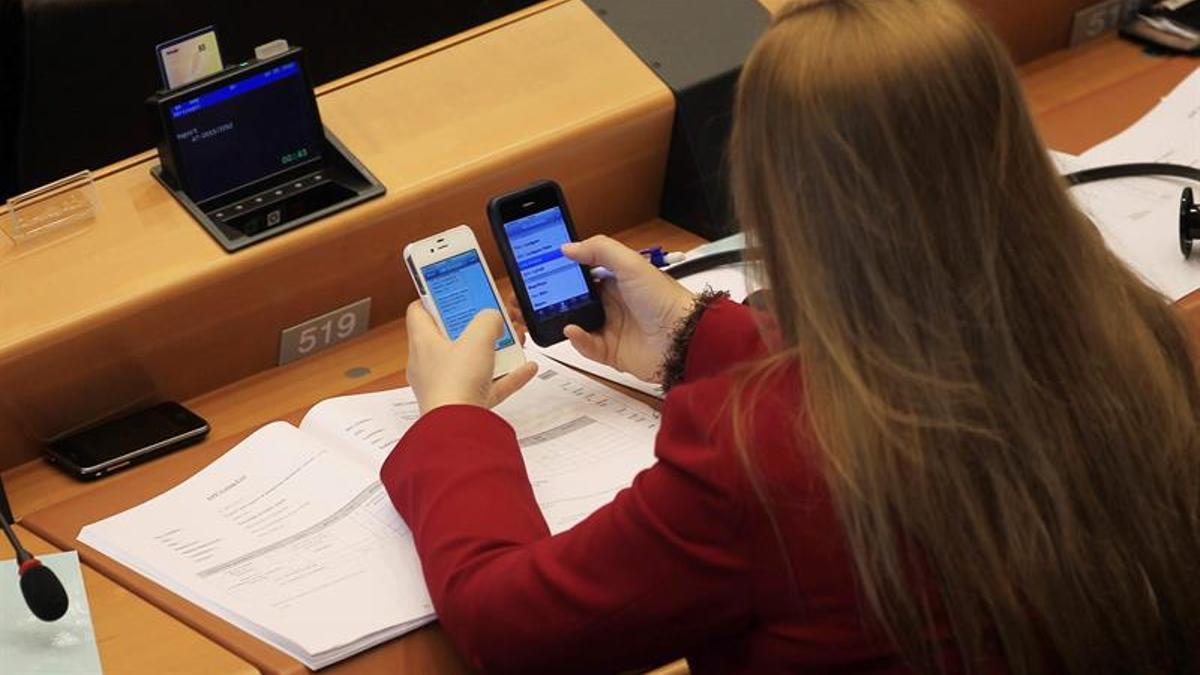 """Bruselas quiere """"datos como en casa"""" y que el 'roaming' sin cargos se prolongue otros 10 años dentro de la UE."""