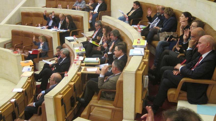 La abstención de Podemos permite la aprobación del primer presupuesto PRC-PSOE de la legislatura