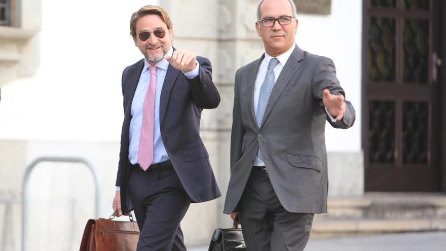 Salvador Alba, junto al abogado Pedro Ayala, en una comparencia en el TSJC: (ALEJANDRO RAMOS)
