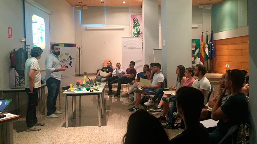 El coordinador del IAJ, Alberto Mayoral, visita un taller.