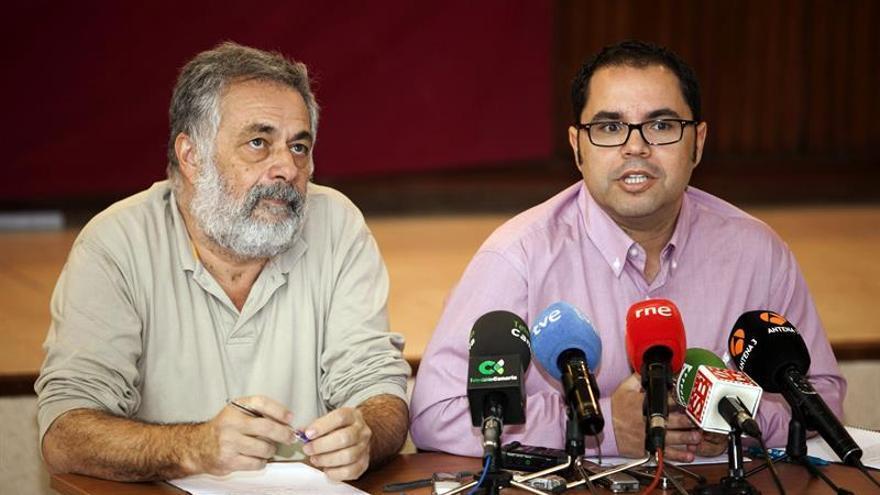El secretario general de UGT en Canarias, Gustavo Santana (d), y el portavoz de la dirección provisional de CCOO, Antonio Pérez (i), informaron hoy en una rueda de prensa de las propuestas que han hecho al Gobierno central sobre el Reglamento del Régimen Económico y Fiscal (REF) de Canarias. EFE/Angel Medina G.