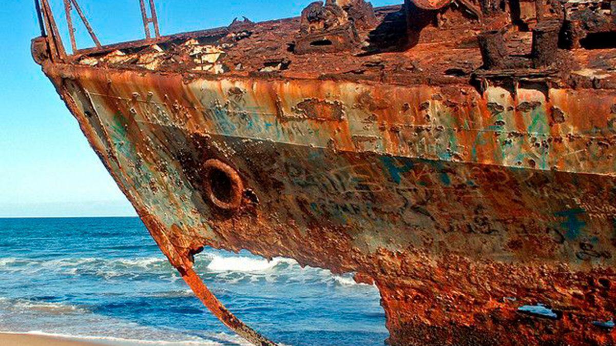 Un barco oxidado.