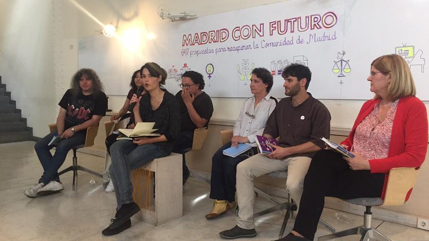 La candidata de Unidas Podemos Isa Serra presenta el programa electoral de Podemos acompañada de varios de sus compañeros.