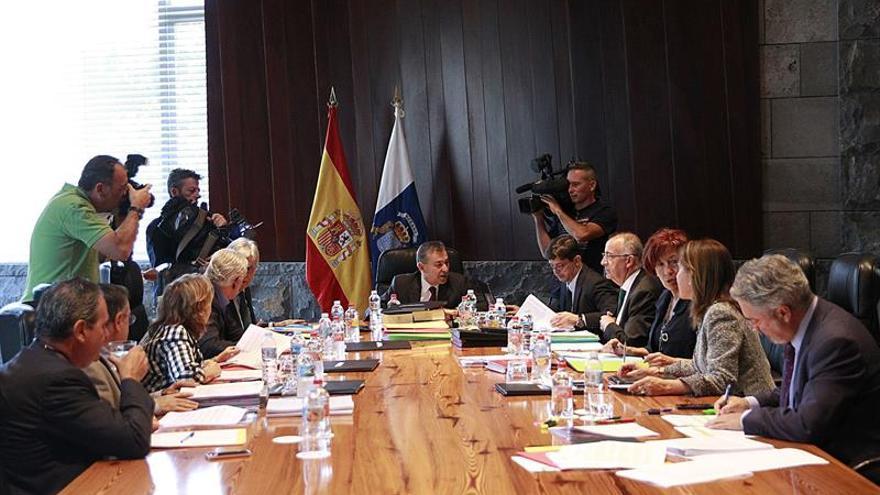 La presidente del Gobierno de Canarias, Paulino Rivero (c), preside la última reunión del Consejo de Gobierno celebrada hoy en Tenerife. EFE/Cristóbal García
