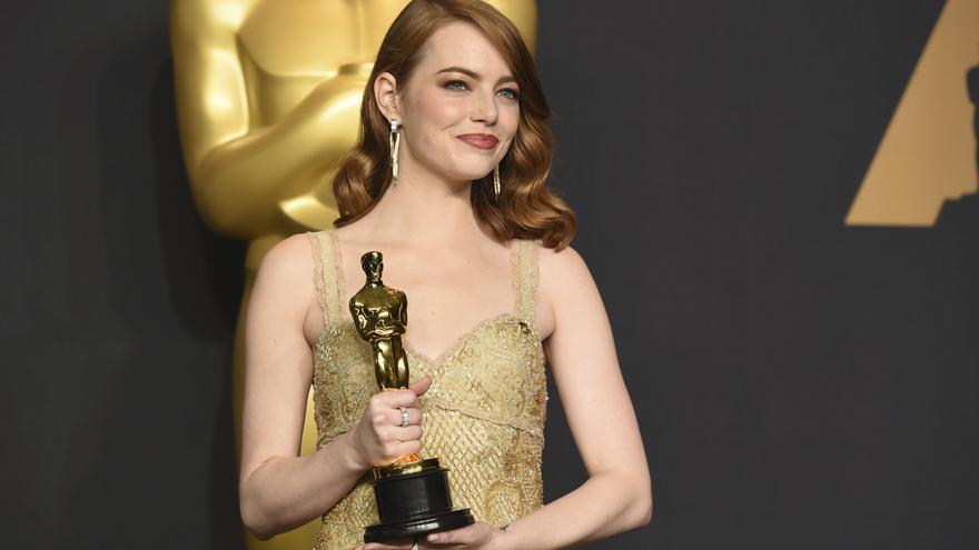 Emma Stone posa con su Oscar tras ganar el premio a mejor actriz por La La Land / Jordan Strauss \ AP PHOTO | GTRES