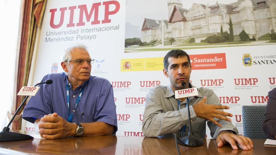 El expresidente del Parlamento Europeo, Josep Borrell, junto al escritor y analista heleno Yannis Palailologos.   JUANMA SERRANO