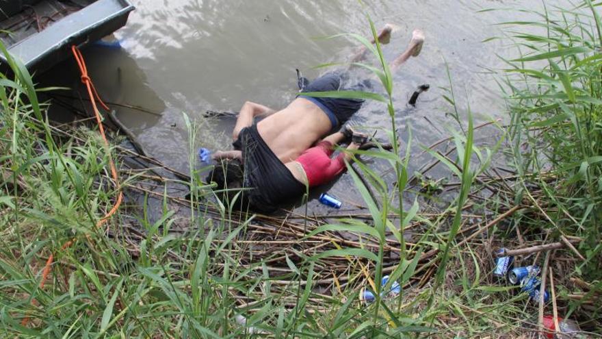 Llegan a El Salvador los cuerpos de padre e hija ahogados en el río Bravo