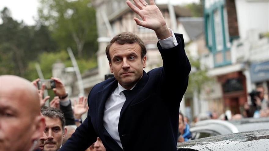 """Cazeneuve dice que """"la izquierda gubernamental"""" debe ayudar a Macron"""