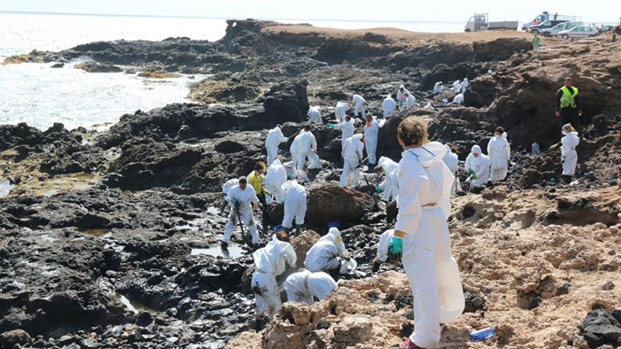 Limpieza de piche en la grancanaria playa de El Cabrón. (Maspalomas Ahora).