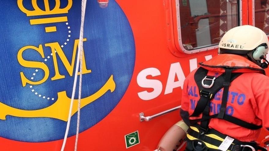 Trasladan al puerto almeriense a 55 personas rescatadas de una patera a 13 millas de la costa rifeña