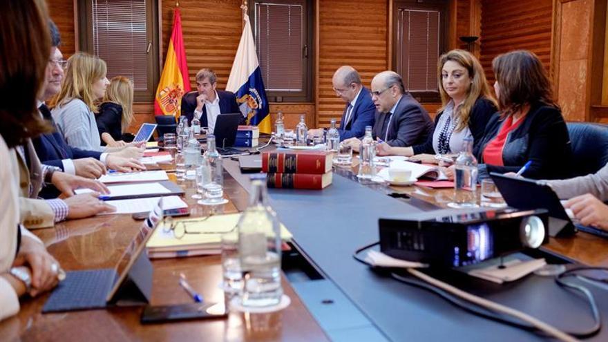 El presidente del ejecutivo regional, Fernado Clavijo (c), presidió la reunión del Consejo de Gobierno. EFE/Ángel Medina G.