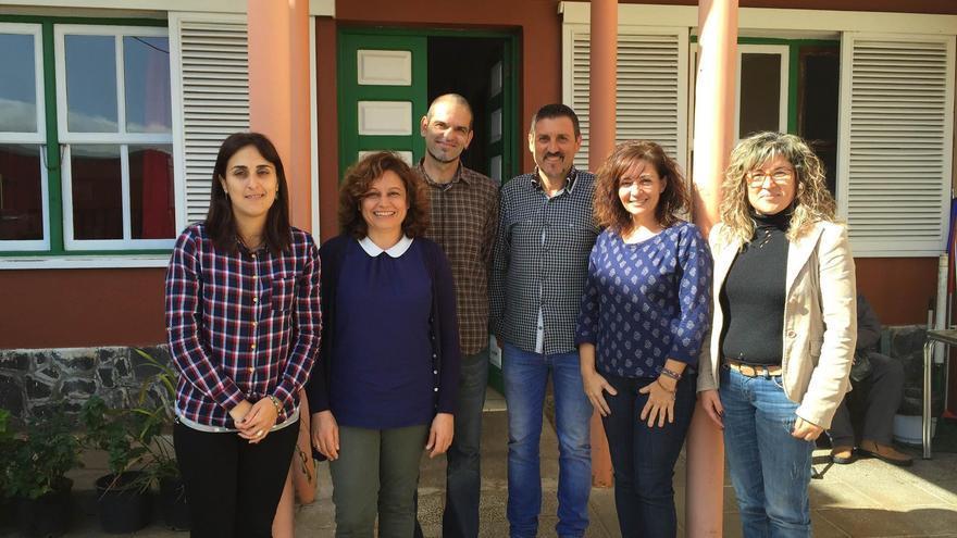 El alcalde de Garafía, Martín Taño (centro, a la derecha) y la concejal de Cultura (izquierda), con la responsable de AFA, la directora del  Centro Asistencial de Franceses Sor Josefa Argote Argote y dos técnicos,  en la residencia del barrio Franceses.