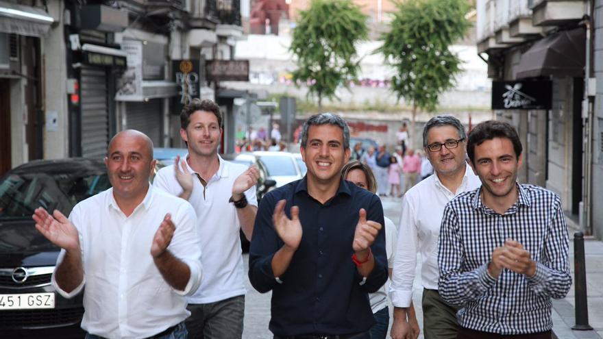 Pablo Zuloaga llega a Bonifaz acompañado de su equipo de campaña.   TWITTER