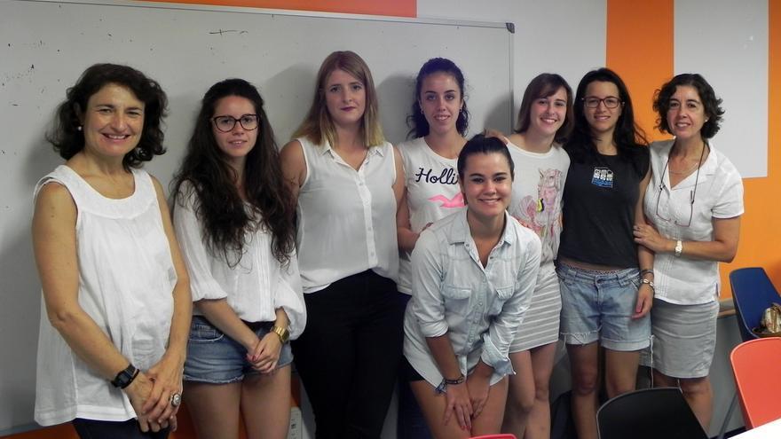 Grupo de estudiantes y profesoras que han participado en el voluntariado escolar.