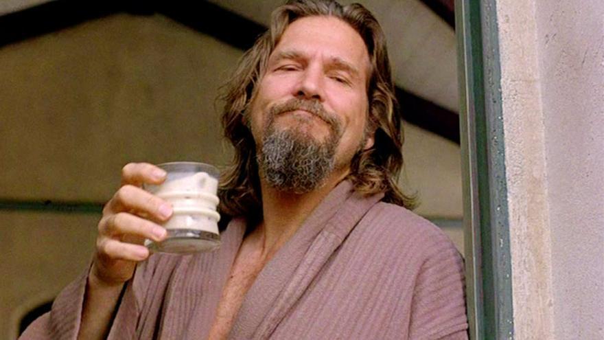 Jeff Bridges, El Nota, bebe un ruso blanco en 'El Gran Lebowski'