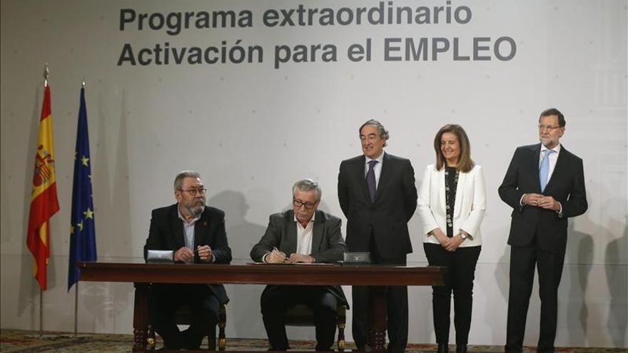 Toxo y Méndez firman el acuerdo ante la mirada de Rosell, Báñez y Rajoy.