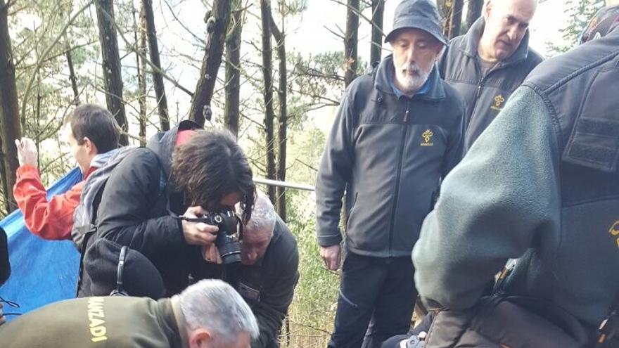 El forense Paco Etxeberria y técnicos de Aranzadi, en la exhumación de Ramón Portilla.