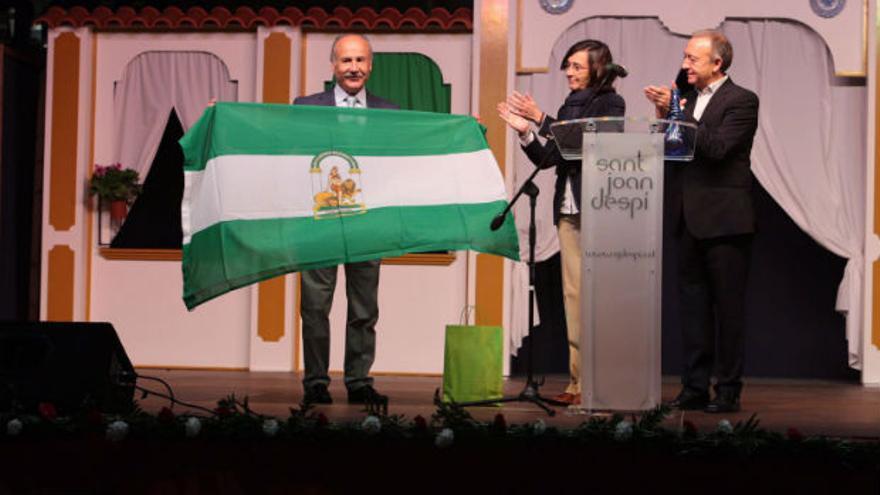 Rosa Aguilar, consejera de Cultura, con Antoni Poveda, alcalde de Sant Joan Despí, y Anonio de la Rosa, presidente del Centro Cultura Andaluz Vicente Alexaindre.