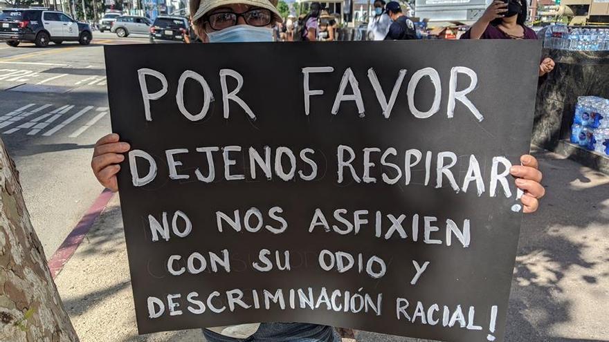 Una manifestante enseña un cartel durante la protesta Black Lives Matters en el centro de Los Ángeles (EEUU).
