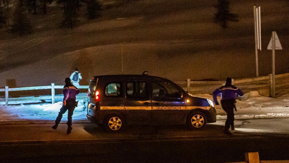 Un equipo de policías persigue a un migrante en Montgenèvre. Será detenido junto con otras personas para ser llevado a la puesto fronterizo para devolvero a Italia