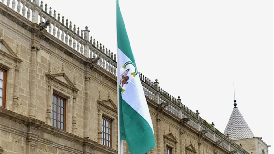 Bandera de Andalucía izada en el Parlamento de Andalucía.