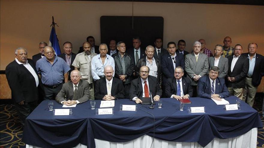 Un grupo de exministros de Defensa y ex miembros del Alto Mando de las Fuerzas Armadas salvadoreñas, entre ellos el exministro de Defensa Humberto Corado (c) (1991-1993) participan en una conferencia de prensa en El Salvador en contra de la extradición de militares por el Caso Ellacuría.
