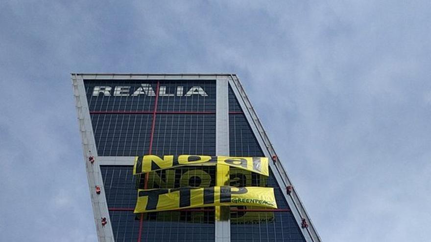 Protesta contra el TTIP en las Torres KIO de Madrid.