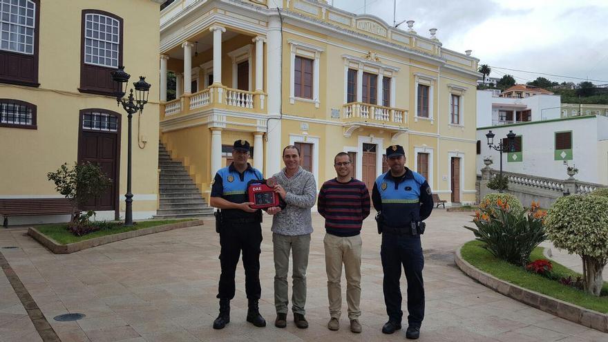 El alcalde de Mazo, José María Pestana (segundo por la izq.) en el acto de entrega del desfibrilador a la Policía Local de la Villa.