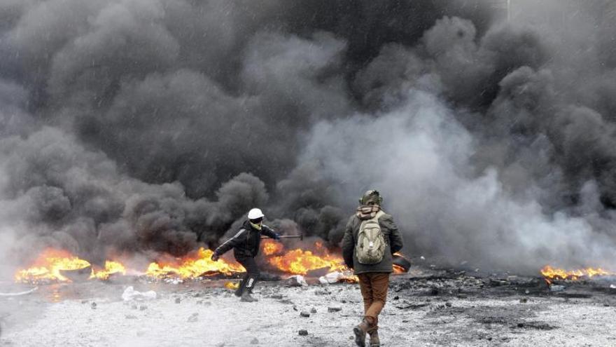 El centro de Kiev cubierto por el humo de neumáticos y de gases lacrimógenos