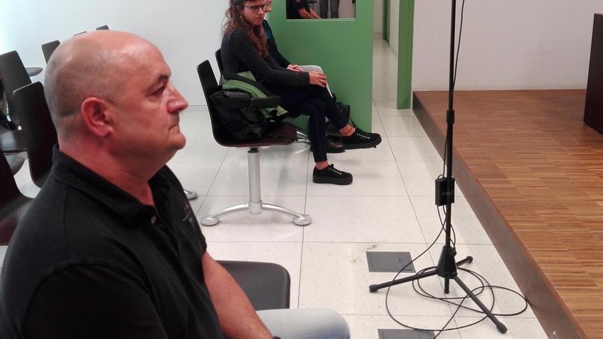 El agente de la Guardia Urbana de Barcelona y las dos concejalas de la CUP escuchan el fallo del juzgado