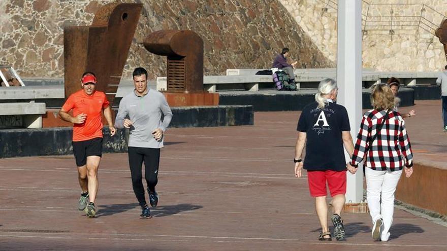 Sánchez sale a correr por Las Canteras entre sus actos de campaña en Canarias