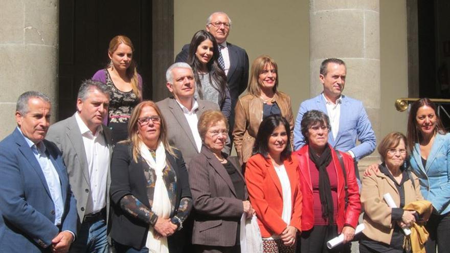 Carolina Darias, con representantes de asociaciones de Memoria Histórica y portavoces de grupos parlamentarios.