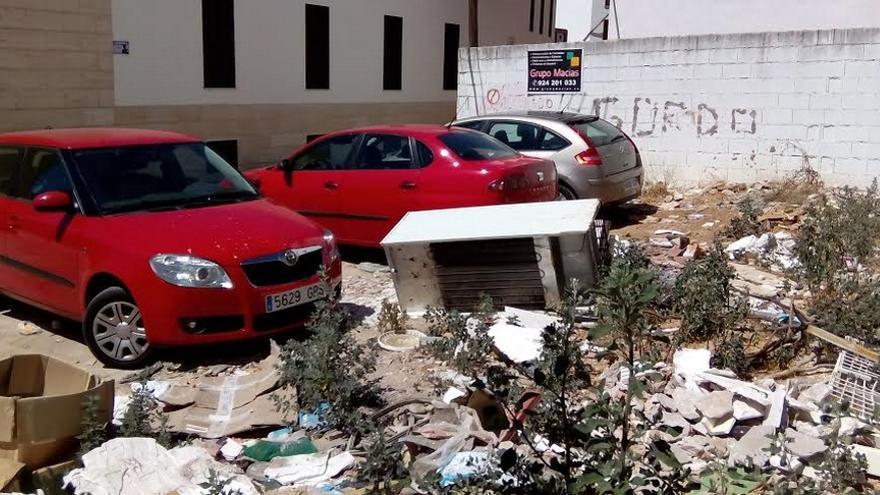 Esta acumulación de basura se encuentra a apenas diez metros de la principal puerta del Museo  / Asociación Cívica de Bajoz