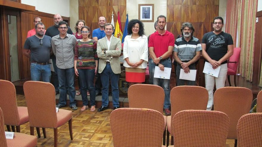 Nieves Rosa Arroyo (centro) ha entregado este martes, 16 de junio, los certificados de asistencia al programa formativo de maestros compostadores.