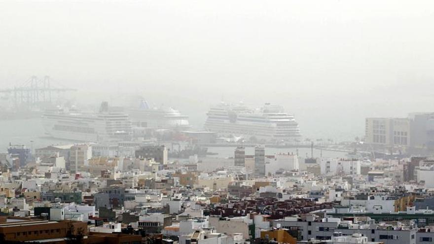 Calima en Las Palmas de Gran Canaria. Foto. EFE : Elvira Urquijo