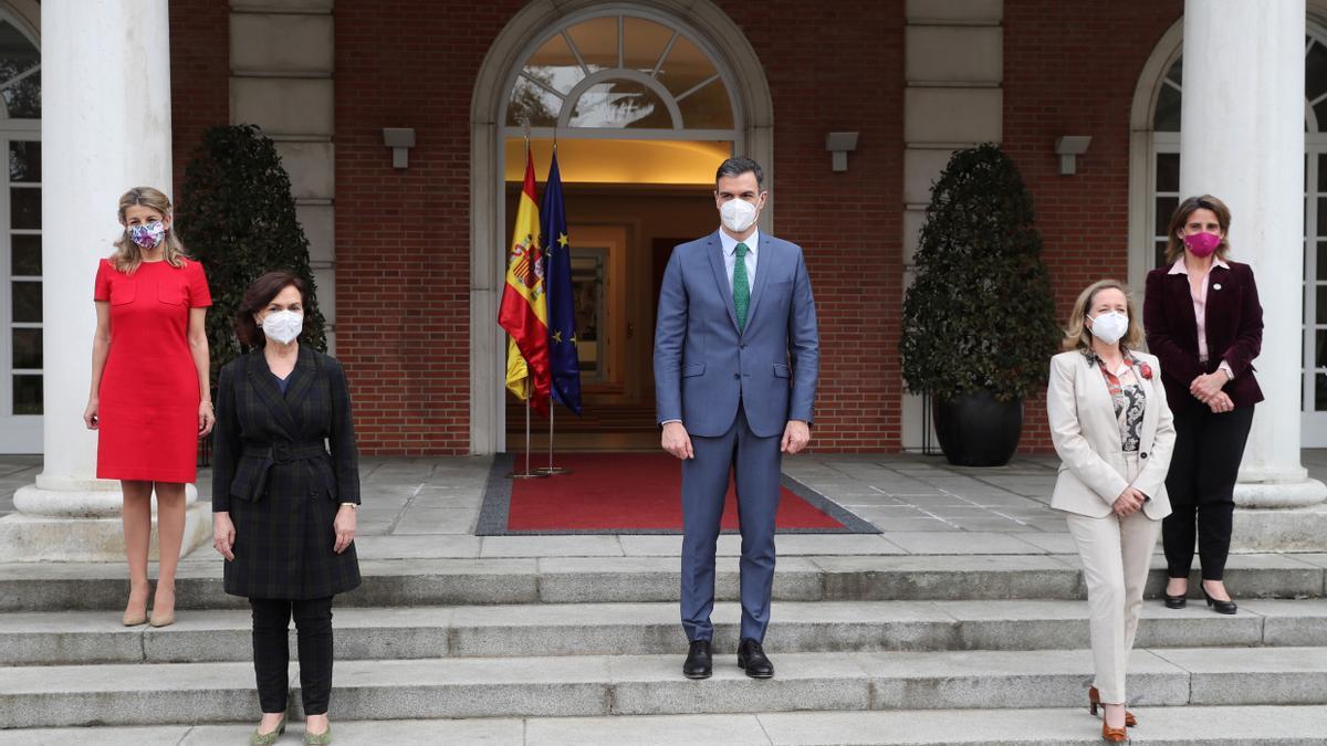 Pedro Sánchez posa junto a las cuatro vicepresidentas tras comunicarle al rey los cambios del Gobierno, entre ellos el nombramiento de Yolanda Díaz como vicepresidenta tercera.