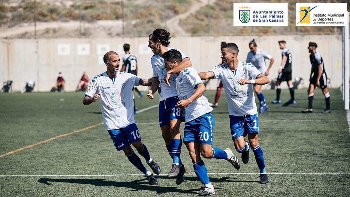Los jugadores del Tamaraceite celebran un gol.