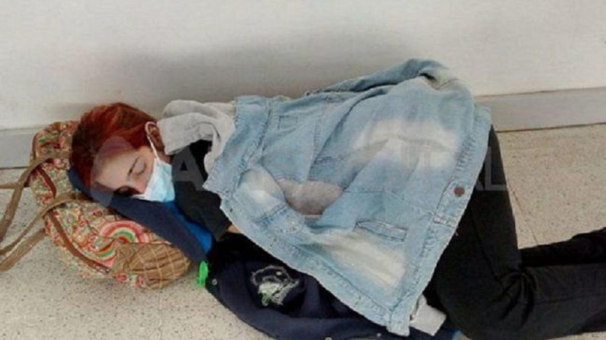 Esta es la foto que visibilizó la historia de Lara. Cuando se tiró en el piso del hospital, en Santa Fe.