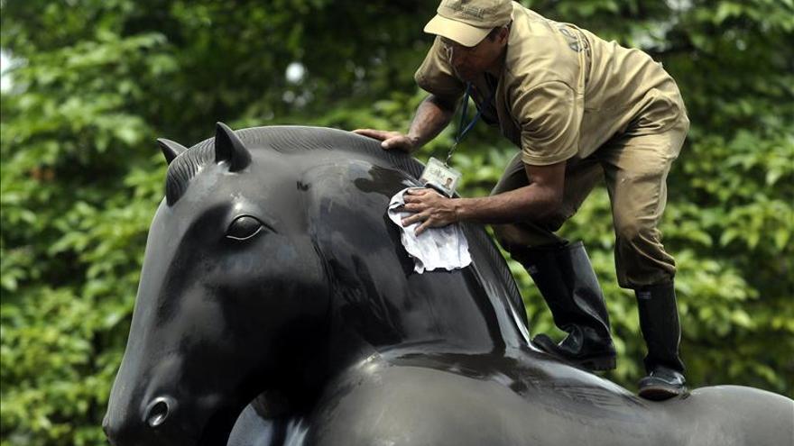 Embellecen 23 esculturas del artista Fernando Botero en una jornada de limpieza
