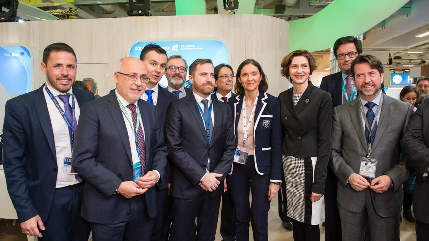 Carlos Alonso (derecha), presidente del Cabildo de Tenerife, en una foto de familia con la ministra española de Turismo, en Berlín