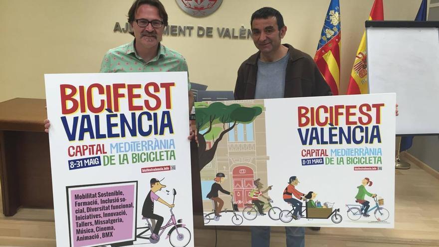 El concejal de Movilidad, Giuseppe Grezzi, junto al ilustrador de los carteles del Bicifest