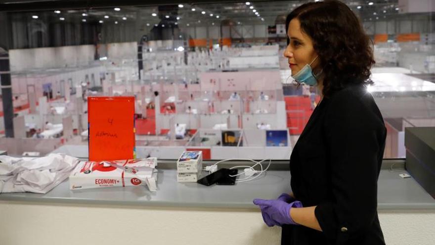 La presidenta de la Comunidad de Madrid, Isabel DíazAyuso, durante una visita al Hospital temporal para pacientes COVID-19 abierto en Ifema.
