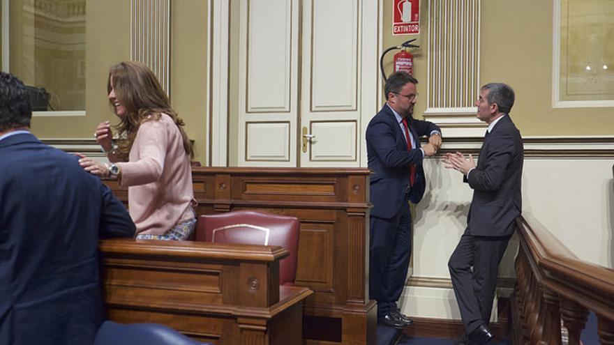 El presidente del PP canario, Asier Antona conversa con el presidente de Canarias, Fernando Clavijo (CC)