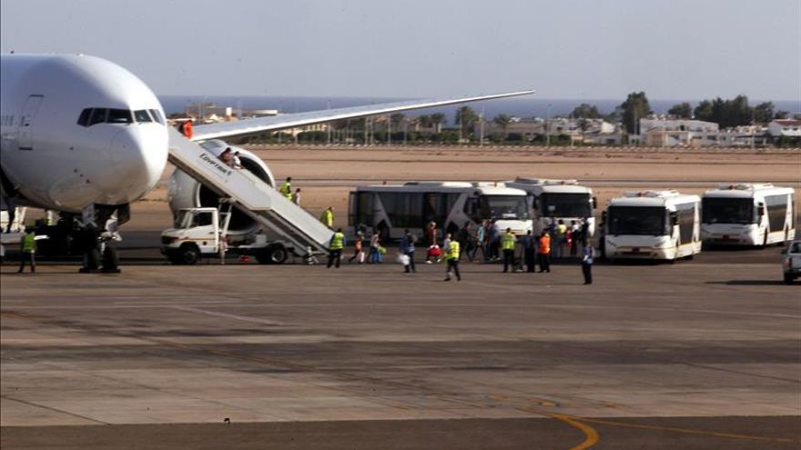 Un avión ruso repatría más restos de víctimas de la tragedia aérea en Egipto