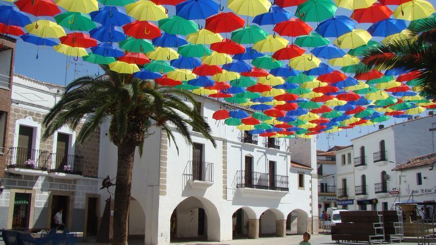 Paraguas en la plaza de España de Malpartida de Cáceres