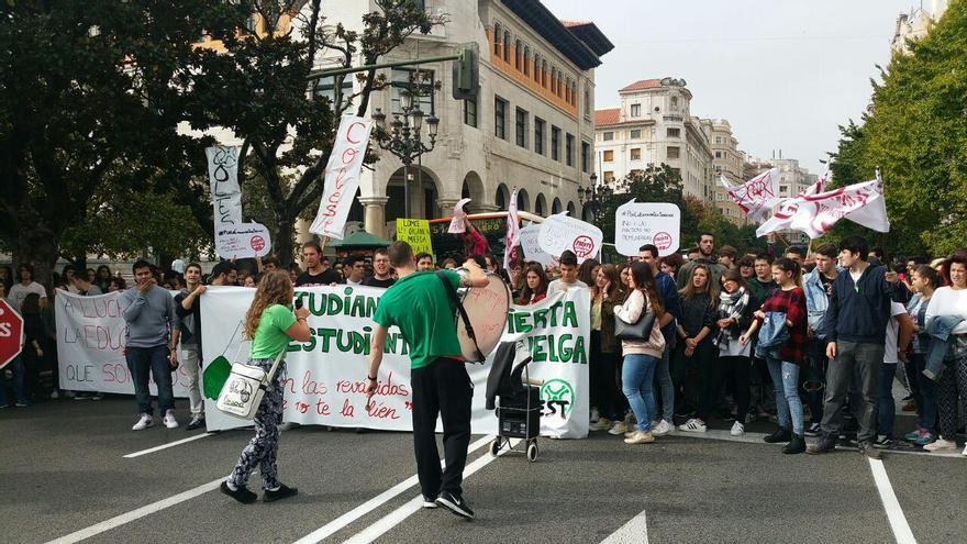 Concentración de estudiantes contra las reválidas en Santander frente a la Delegación del Gobierno de Cantabria. | LARO GARCÍA