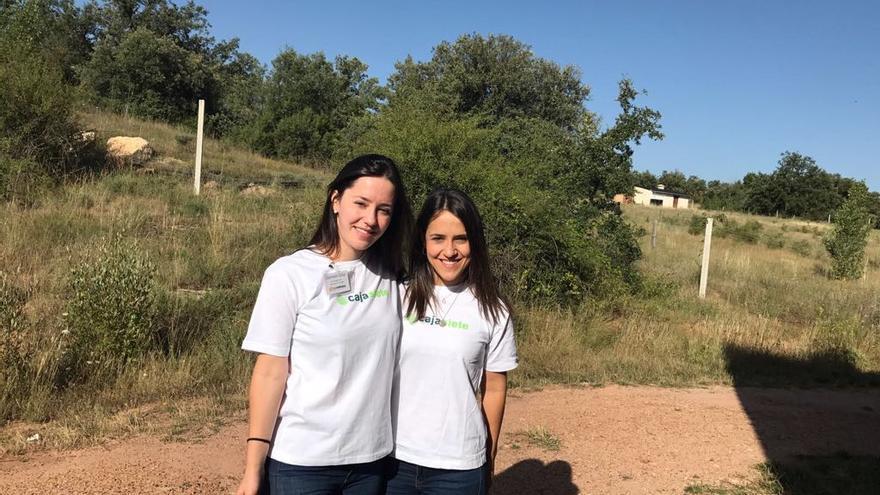 Dos mujeres de la Asociación Ecored.