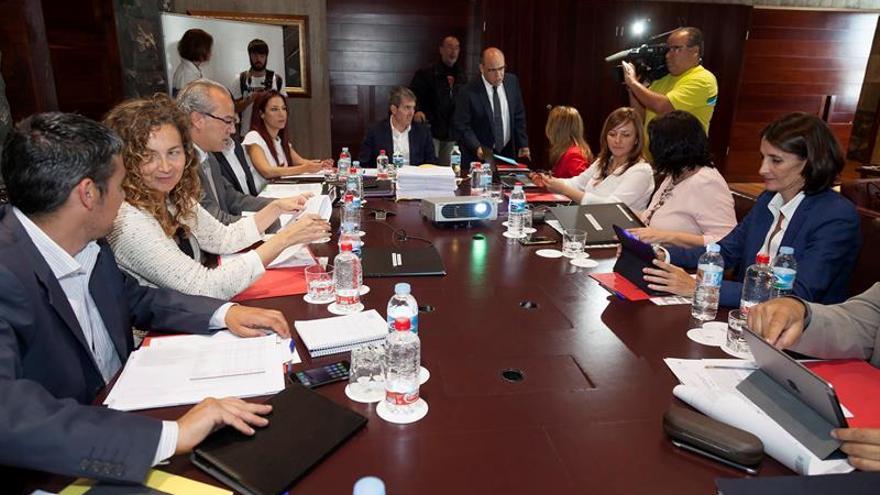 El presidente del Gobierno de Canarias, Fernando Clavijo (c) preside una reunión del Consejo de Gobierno celebrada en Santa Cruz de Tenerife