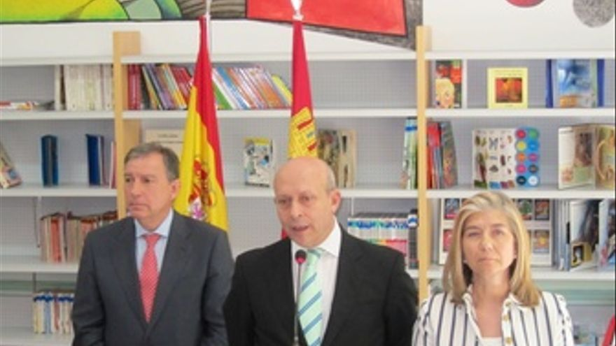 José Ignacio Wert Junto A Juan José Mateos Y La Directora Del CP Cervantes