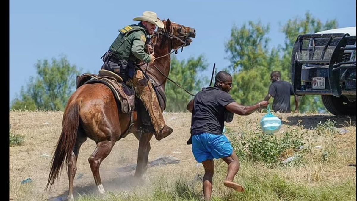La Patrulla Fronteriza de EEUU a caballo, intimidando a migrantes haitianos en Del Río, Texas.